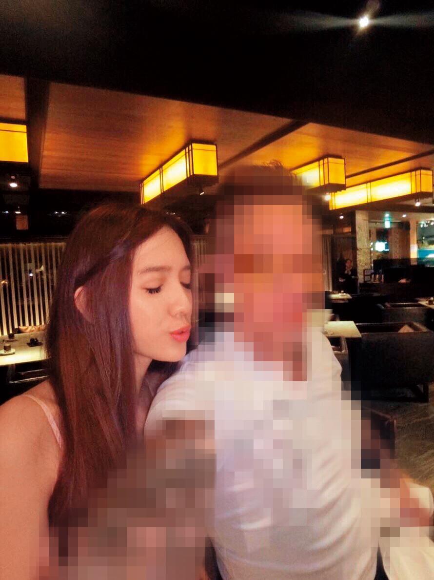 翁子涵曾和馬來西亞富商交往2年,當時她上身僅著內衣、揹著名牌包。(讀者提供)