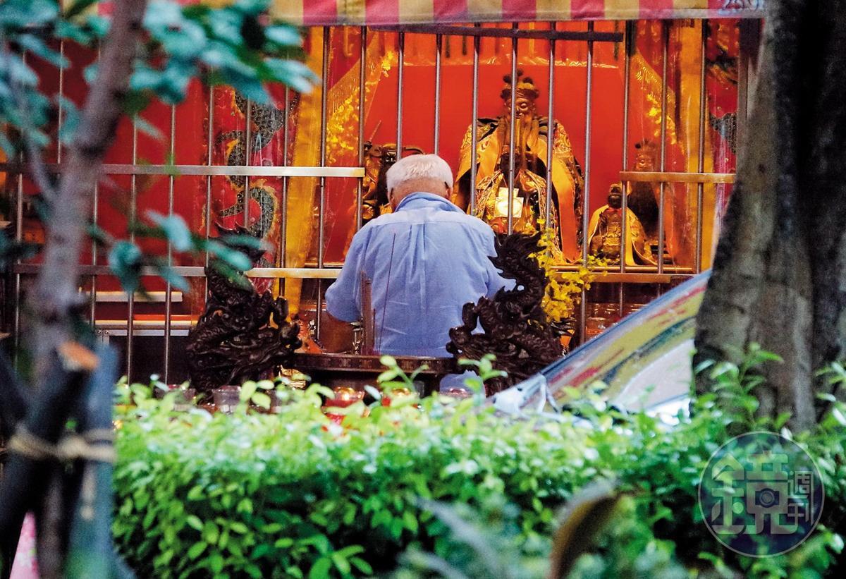 9月4日,劉泰英形單影隻先到住家附近拜土地公。