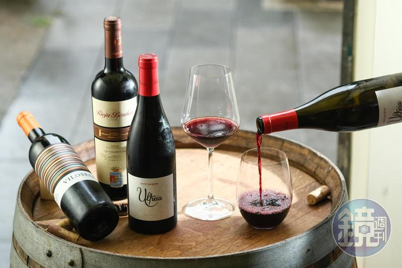 清新有果香味的「 Ultreia Saint Jacques 2017」(右起,880元/瓶);珍稀20年老酒「Rioja Bordon Gran Reserva 1999」(1,500元/瓶)有苺果乾和乾燥花香;和有巧克力、胡椒味的混釀紅酒「Tomas Cusine Vilosell 2016」(900元/瓶)。