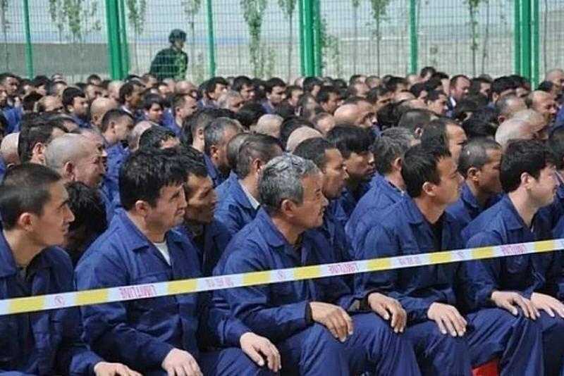 大批維吾爾族人民被送進「再教育營」。(翻攝自https://intpolicydigest.org)
