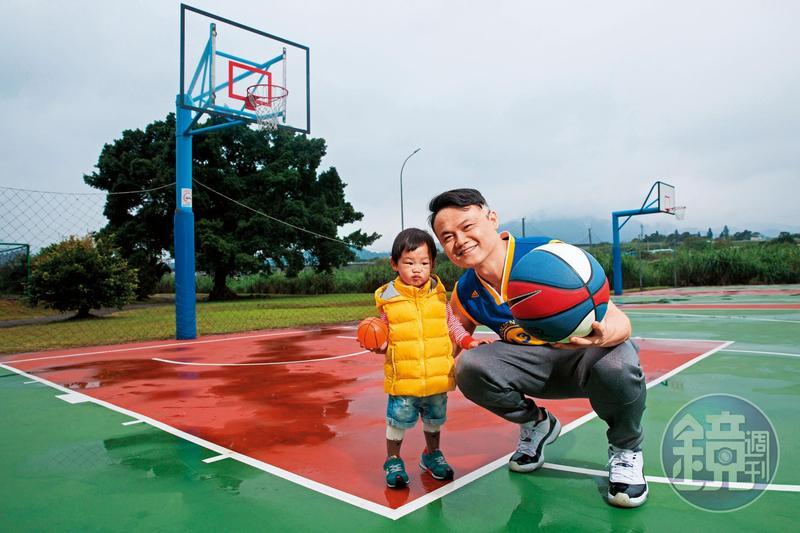 99啪苦學投資,成功累積千萬資產,40歲便毅然辭去公職,過著悠閒打籃球、樂當奶爸的生活。