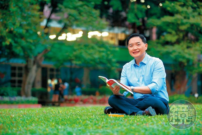 孫慶龍過去在英國留學時,最喜歡做的事情就是坐在草皮上閱讀、思考。
