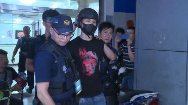 持有槍枝的高姓男子被警方帶回偵訊。(翻攝畫面)