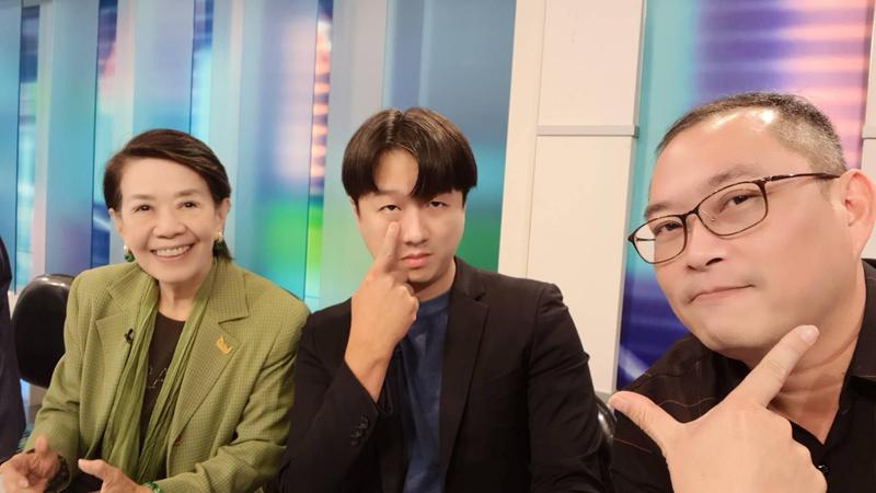 李正皓(中)和鄭佩芬昨日雙雙被國民黨開鍘。(翻攝自李正皓臉書)