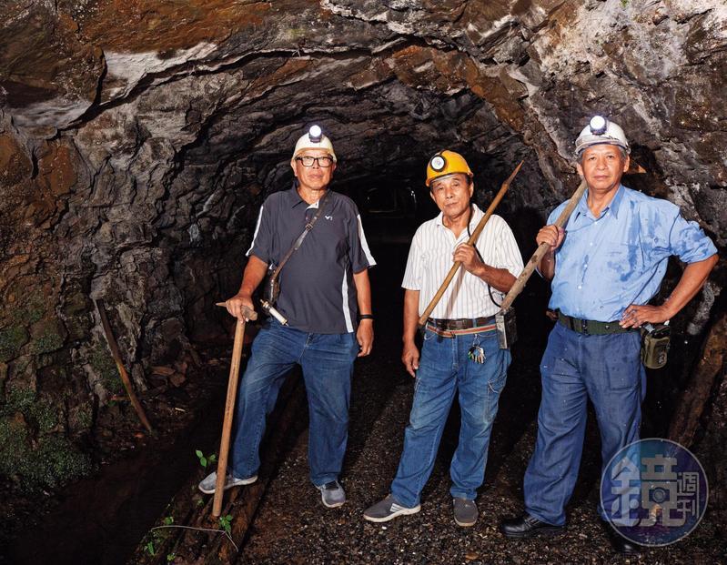 周朝南(中)、毛振飛(左)、柯茂琳(右)對礦工一職有深刻感情。在少不更事的歲月,哪怕是為了賺錢賣命,但這些男人們卻在繁重苦悶的工作中,培養出患難與共的情誼。