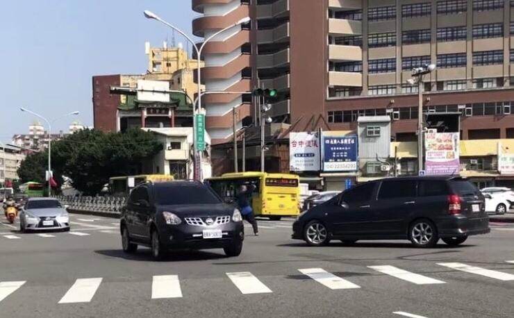 吳男當街路口指揮交通,有民眾將照片上傳臉書社團提醒。(翻攝自爆料公社二社)