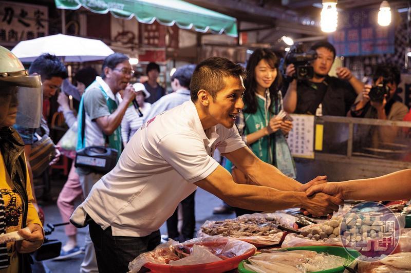 選前4個月才確認獲民進黨徵召參選立委,吳怡農如今日日至市場、公園、捷運站瘋狂拜票。