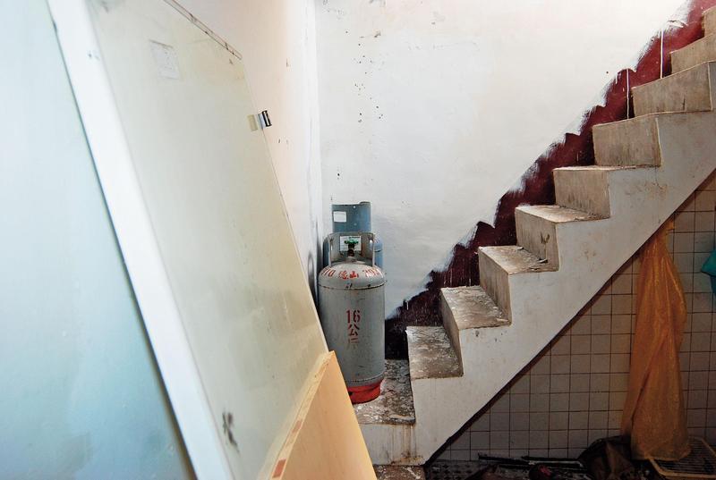 鑑識人員在通往樓頂的階梯上採得血點,補齊最後一塊破案拼圖。(翻攝畫面)