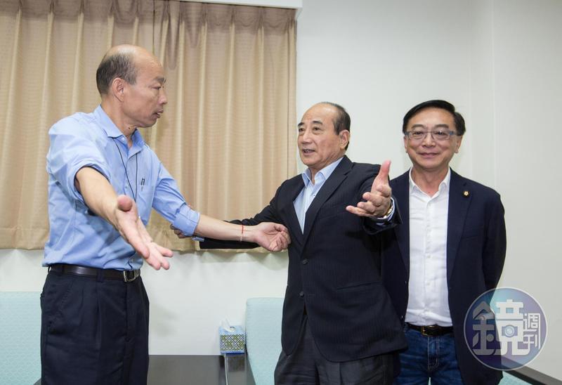 藍營立委陳宜民(右)經常受訪、替代表國民黨參選總統的高雄市長韓國瑜(左)辯護拉票,堪稱最佳御林軍。
