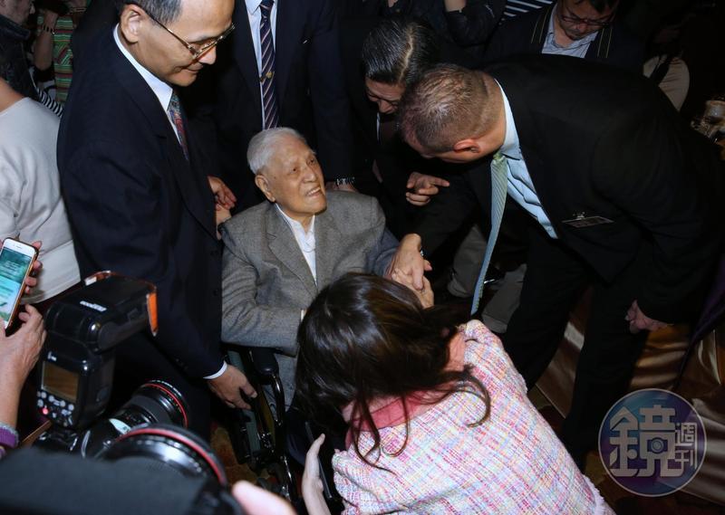 李登輝全程都坐在輪椅上,逐桌向賓客致意。