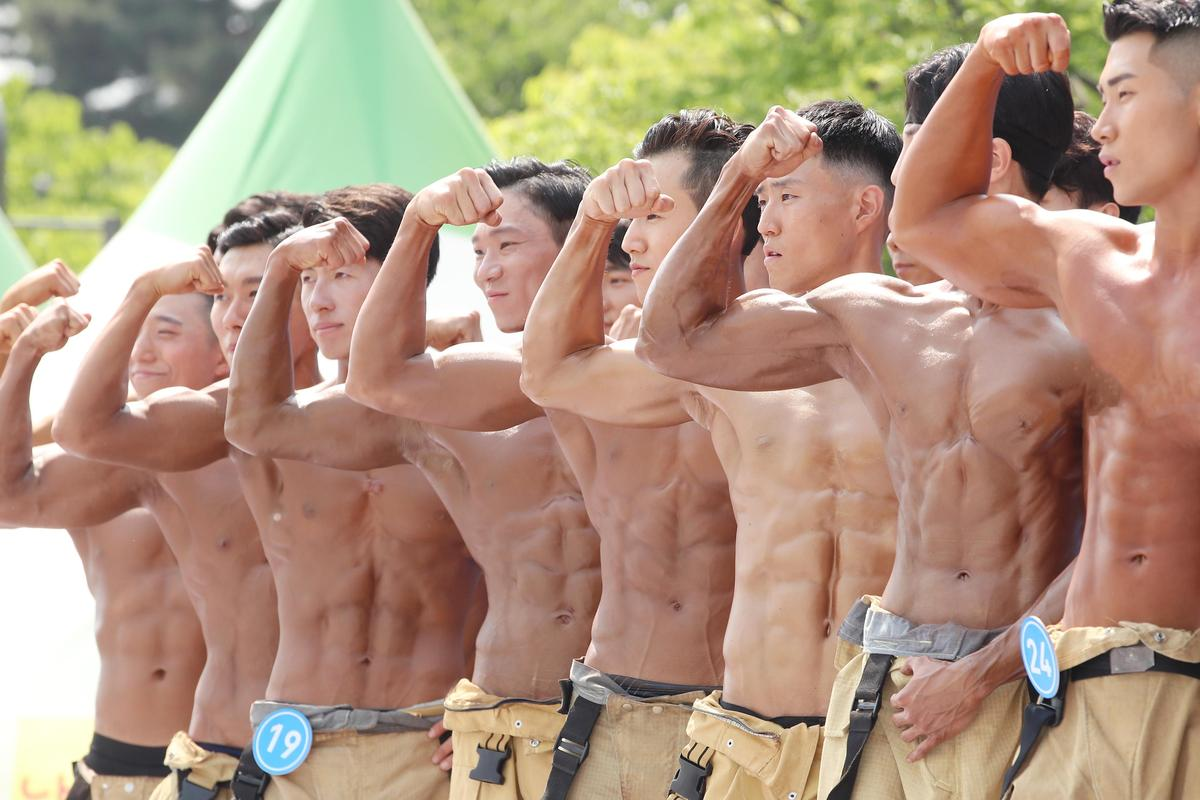 韓國5月舉行消防員選拔比賽,優勝者得以拍攝公益年曆。(東方IC)