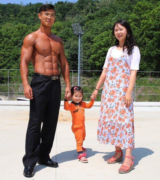 金姓消防員為拍攝年曆減重23公斤,太太與女兒也陪他一起運動。(網路圖片)