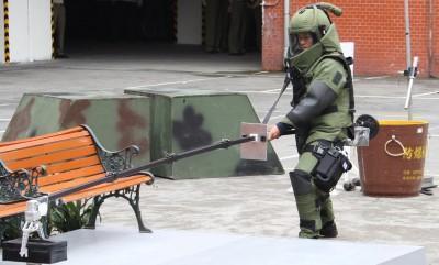 國軍未爆彈小組旋即抵達現場,初步研判是二戰時軍用砲彈。示意圖非現場(翻攝自中華民國後備憲兵論壇)