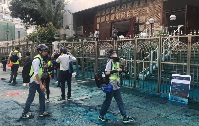 港警朝清真寺發射藍色水砲惹火穆斯林青年,要求港警公開道歉。(翻攝譚文豪臉書)