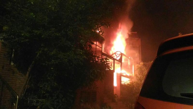 新北市鶯歌區一棟4層樓透天厝21日凌晨發生火災,猛烈火舌從屋內竄出。(翻攝畫面)