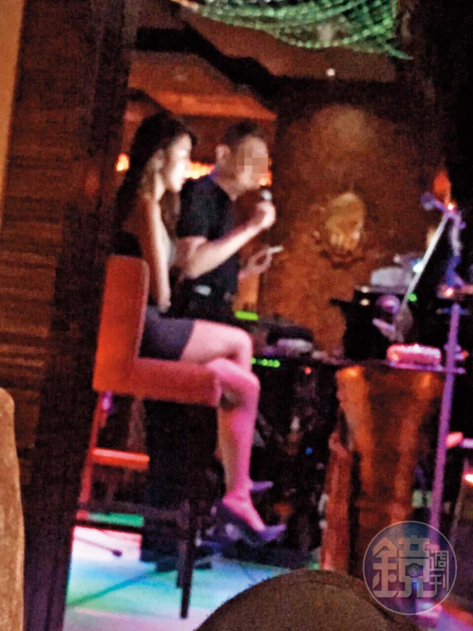 劉子瑜曾穿著性感,和追求者去唱卡拉OK。(讀者提供)