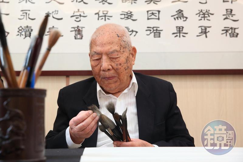 林文貴寫得一手好字,至今閒暇時仍會練毛筆字。