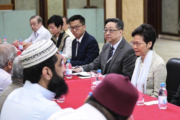香港特首林鄭月娥到九龍清真寺道歉。(翻攝自香港政府新聞處)