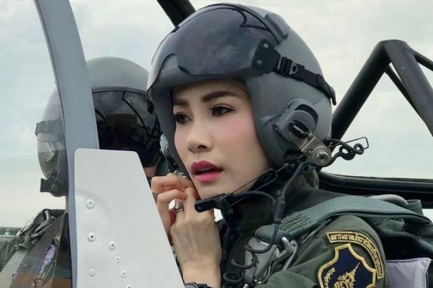34歲的詩妮娜當王妃86天後,遭泰王撤銷所有頭銜。(泰國王室宮務處提供)