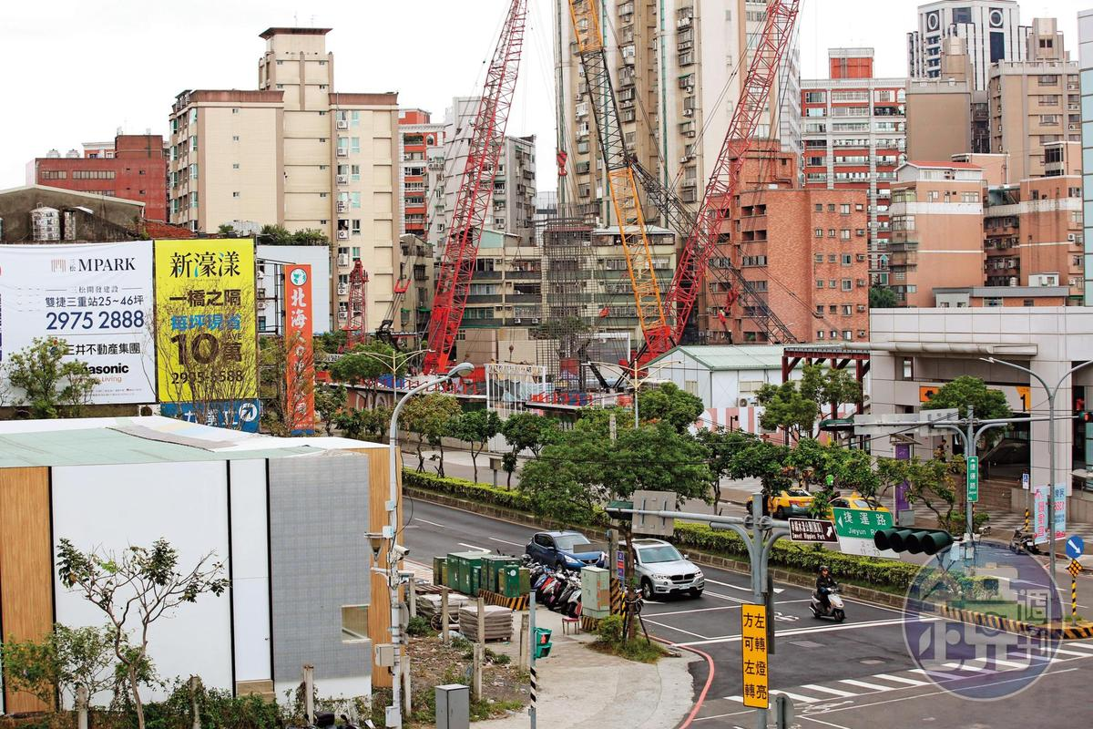 捷運三重站因位處機場線和新莊線交會,附近地價大漲。