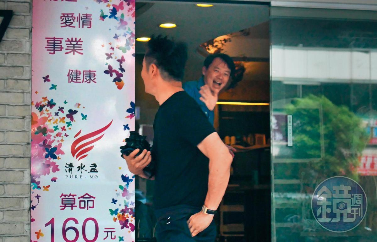 12:05,徐乃麟看起來吐露了不少心事,微笑跟塔羅牌老師說再見。