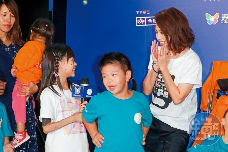 徐若瑄雖被卡位卡在旁邊,笑容依然慈愛。