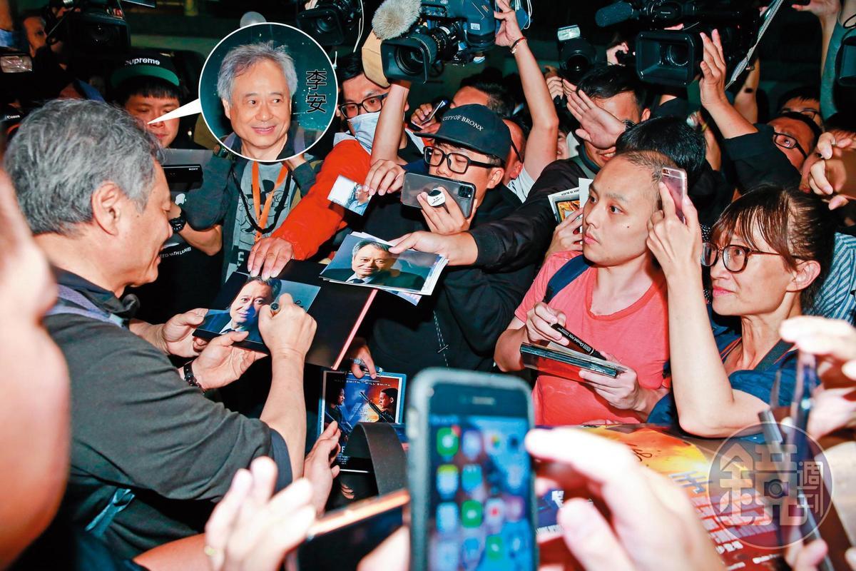 「汪洋中的一個李安」,媒體與攝影記者們很喜歡用這種澎湃的方式在機場歡迎國際級人物,但其實啥大事也沒發生,也不會蹦出什麼大哉問。