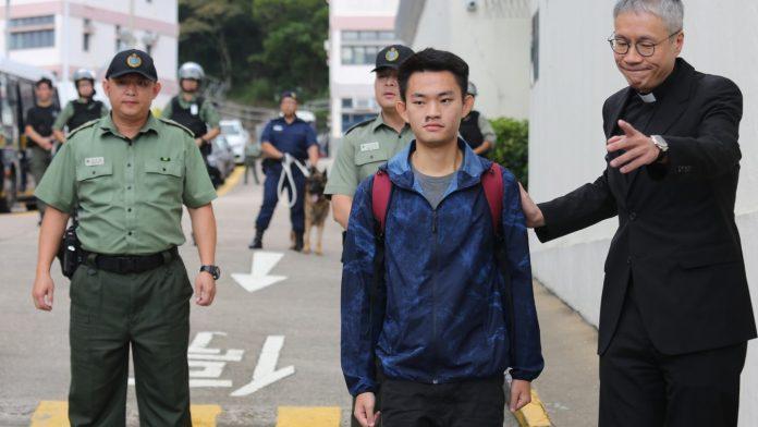 港男陳同佳今出獄,在牧師管浩鳴陪同下離去。(翻攝自香港01)