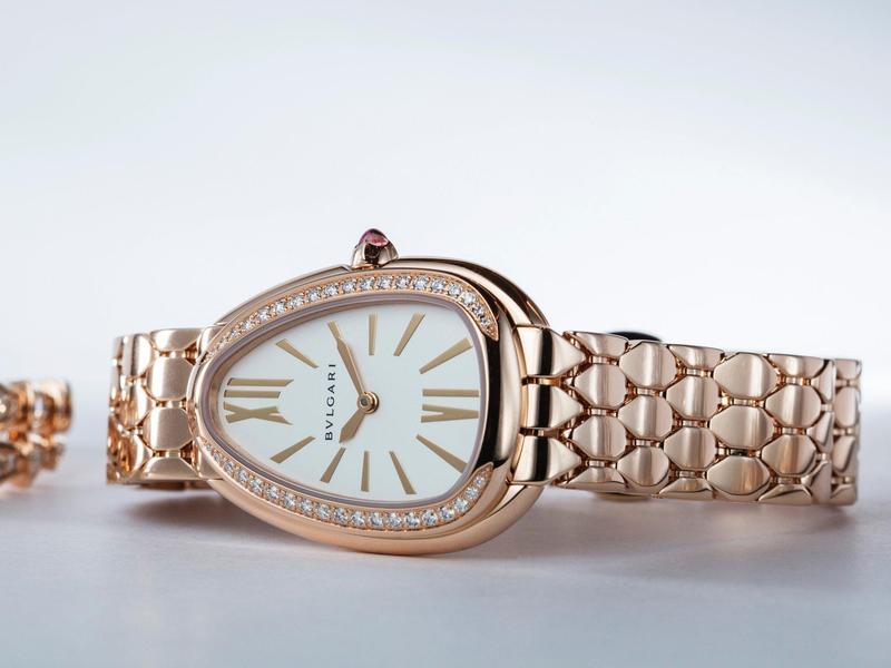 BVLGARI Serpenti Seduttori 寶格麗鎏光蛇影系列,靈感源於Serpenti Tubogas腕錶,以蛇頭為造型,化為簡潔的設計線條,並搭配全新設計的六角形蛇鱗紋金屬鍊節,錶鍊柔韌靈活,專為日常佩戴而生。材質從不鏽鋼鍊帶至高貴的玫瑰金鑲鑽,有多種款式可供選擇。也是進入寶格麗經典蛇形珠寶的最佳入門之作。 功能:時、分指示;機芯:石英機芯;定價:約NT$142,000(不鏽鋼款);NT$216,600(半金款);NT$349,900(半金鑲鑽款);NT$845,000(玫瑰金鑲鑽款)。