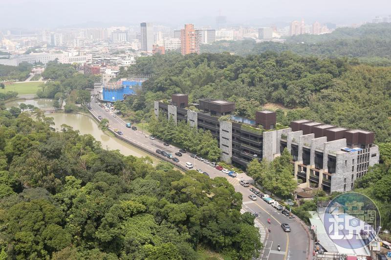 蕭敬騰的豪宅被前面道路攔腰環抱、為「玉帶水」是好風水格局。