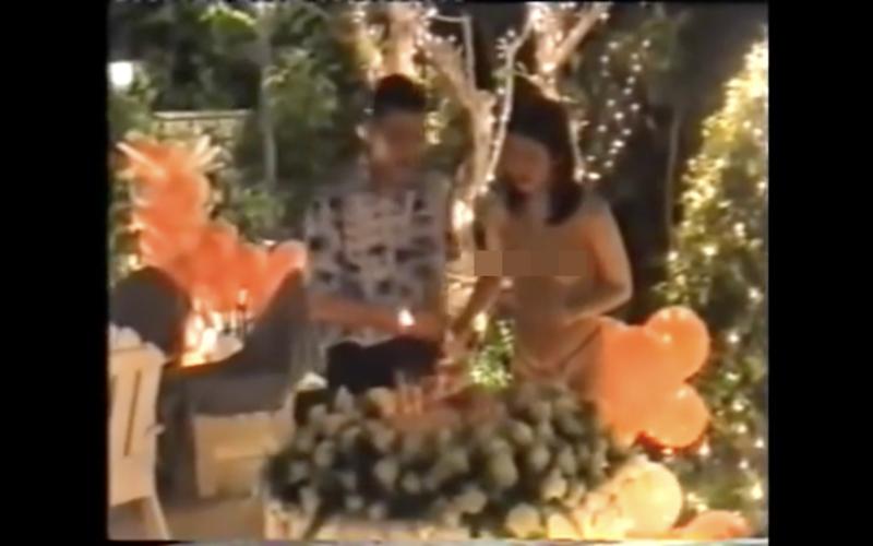 泰王遭爆與前妻大玩脫衣Cosplay。(翻攝Youtube)