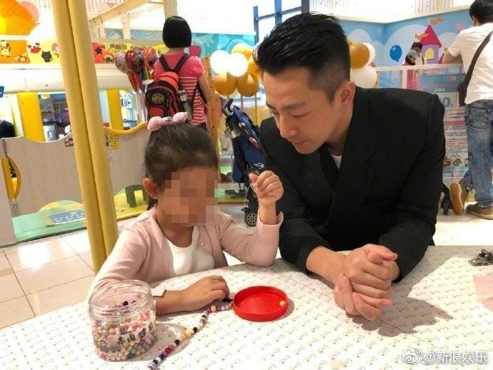汪小菲成了「女兒控」,只要一家出遊都和女兒形影不離。(翻攝自汪小菲微博)
