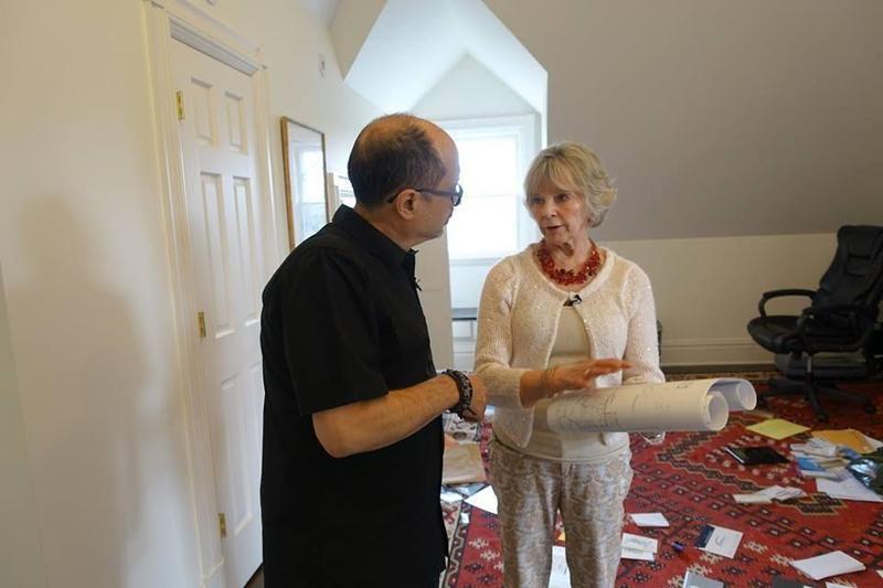 Jeff Bova(左)與風水師(右)進行家訪,先研究室內擺設及其對能量流動的影響,再訂製音樂。(翻攝自Jeff Bova/Bovaland)