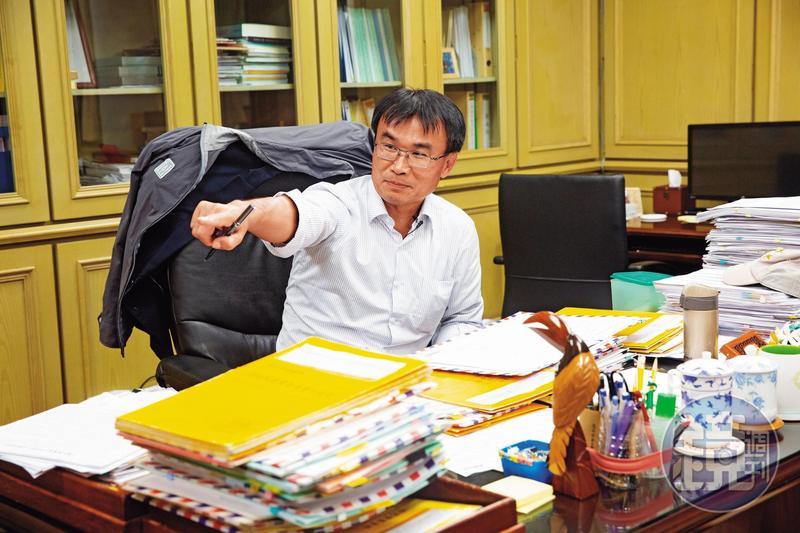 陳吉仲談政策,習慣手上拿一支筆邊寫邊講,他曾擔任中興大學主任祕書,對行政事務極為嫻熟。