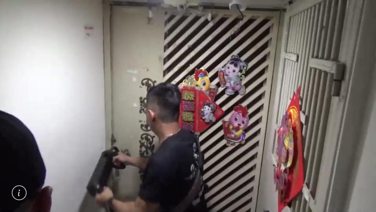 警方封鎖式逐層掃黃,持搜索票及利用破壞器具強行進入位於鑽石大樓的應召站。(翻攝畫面)