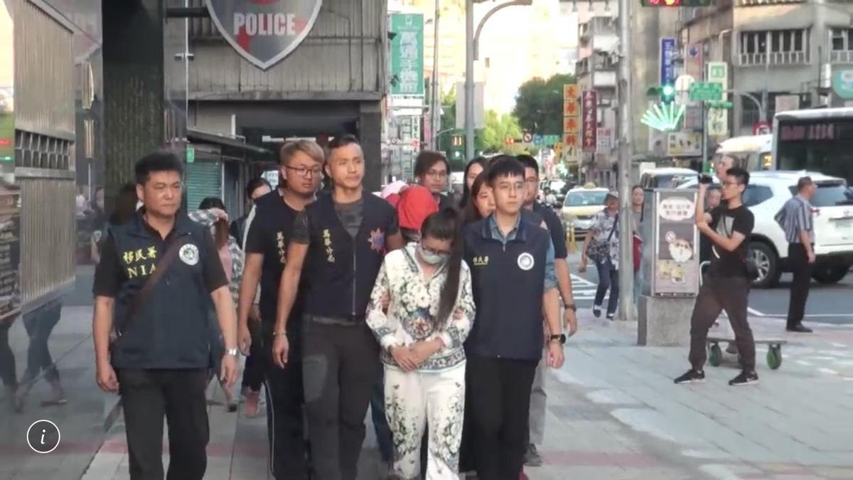 遭逮的賣淫女被警方及移民署上銬帶回偵辦。(翻攝畫面)
