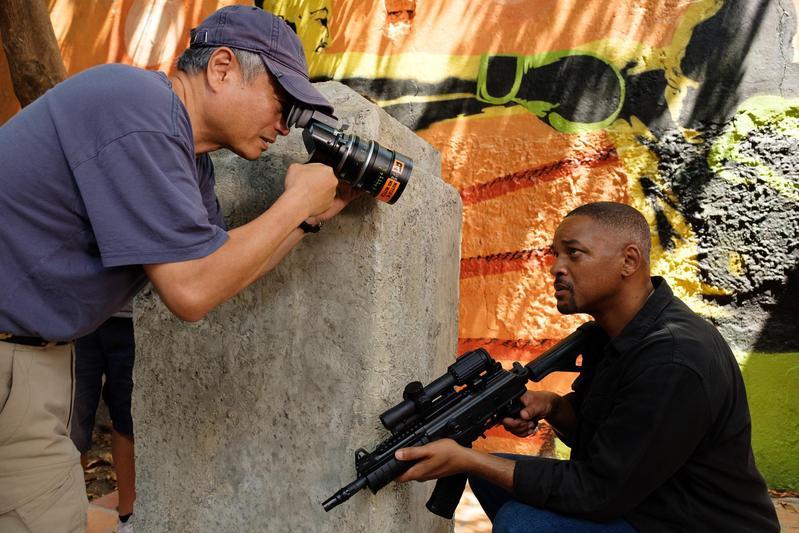 李安(左)以《雙子殺手》挑戰觀眾對電影的認知,越來越敢任性衝撞,讓人覺得他越來越年輕。(UIP提供)