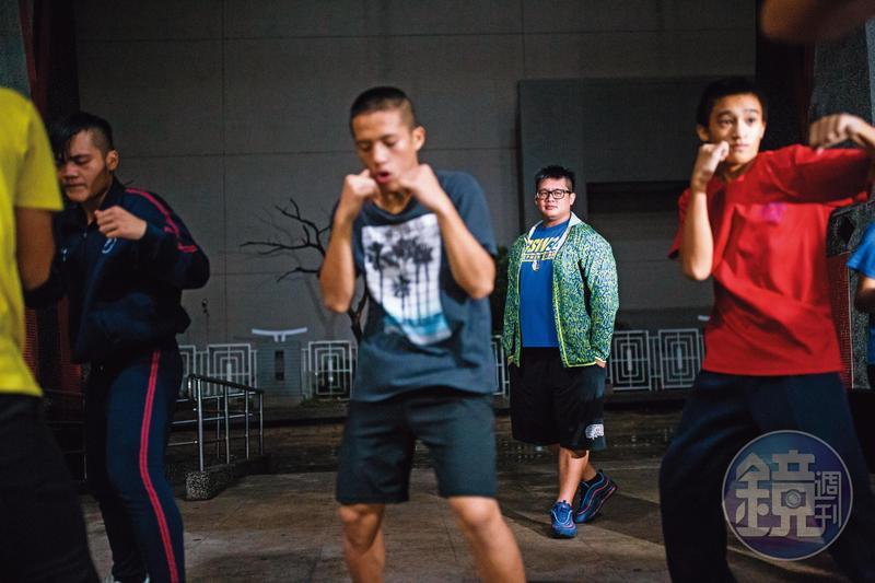 陳哲宇(中後)發掘了原住民孩子的運動天賦,除了教他們打拳之外,更成為他們心靈的靠山。