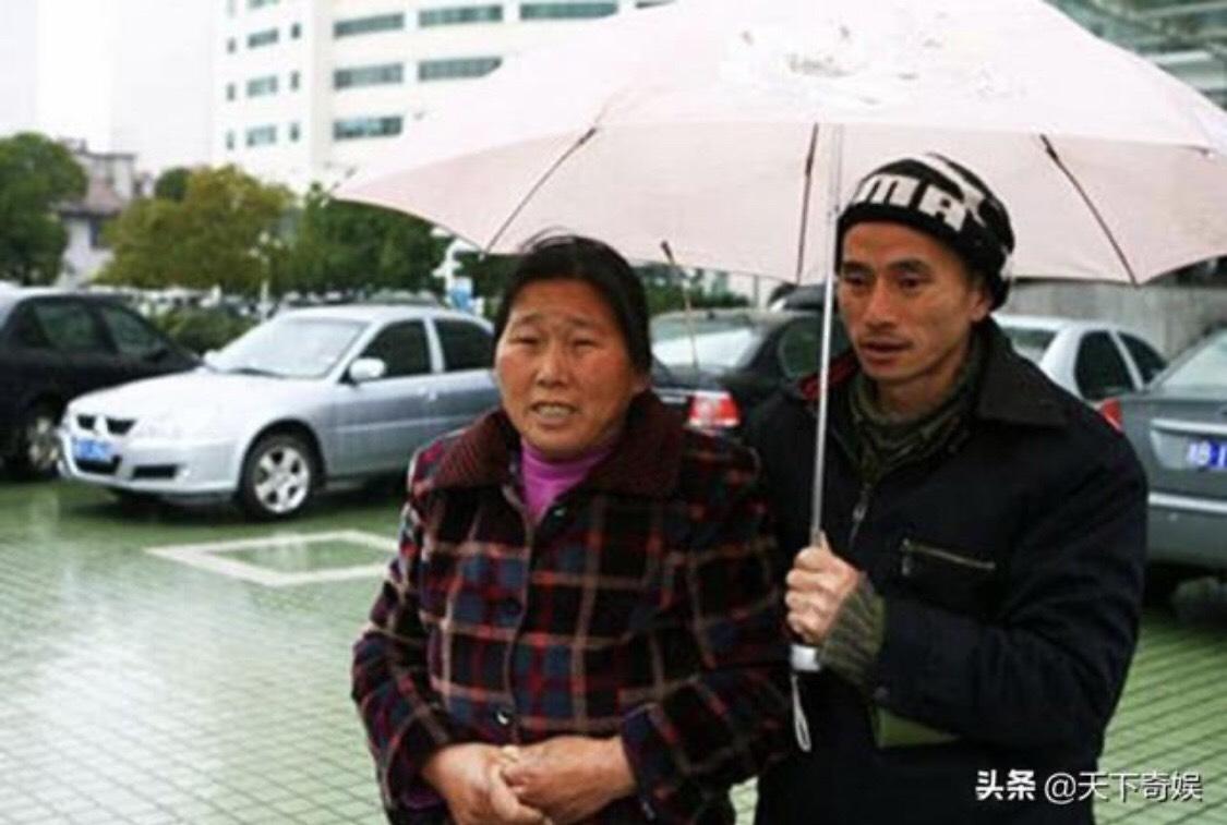 據陸媒報導,如今犀利哥的家人因經濟狀況不佳,只好放棄照顧他,放任他流落街頭。(圖/翻攝自微博)