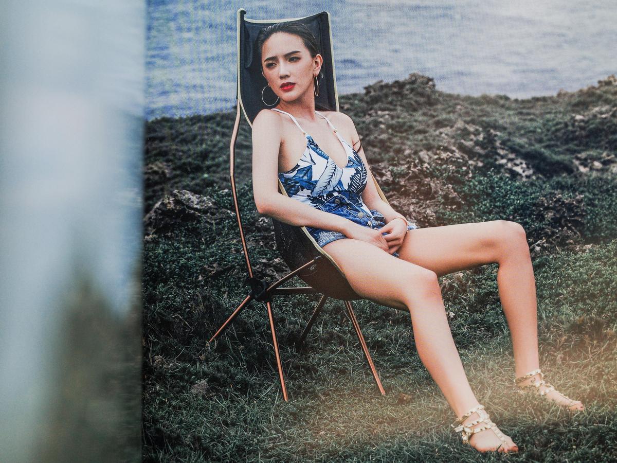翁子涵這次寫真書在台灣綠島拍攝,投資者為她也找來不少品牌來讚助。(翻攝寫真書)