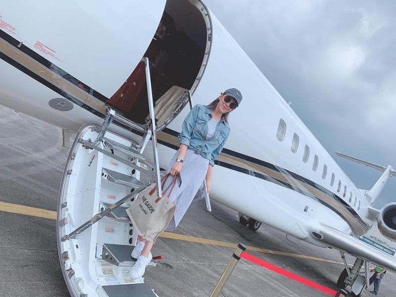 小禎經常搭機出國工作旅遊,還曾分享搭私人飛機的照片。(翻攝自小禎臉書)