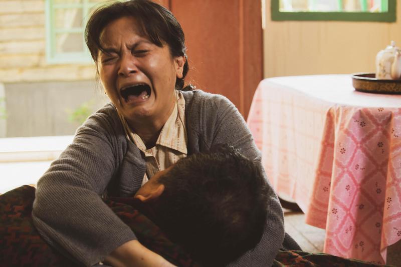 謝瓊煖在《苦力》挑戰演出天生聾啞的「福姆」,需要靠大量的肢體動作及手語來表現角色情緒。(公視提供)