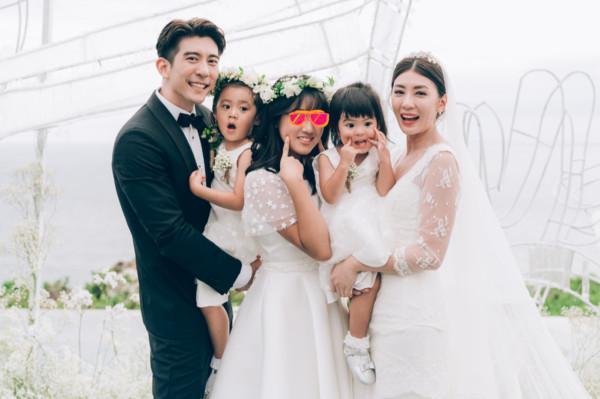 賈靜雯和修杰楷補辦婚禮,咘咘、波妞、梧桐妹都在一旁見證。(齊點娛樂有限公司、小小姑娘有限公司)