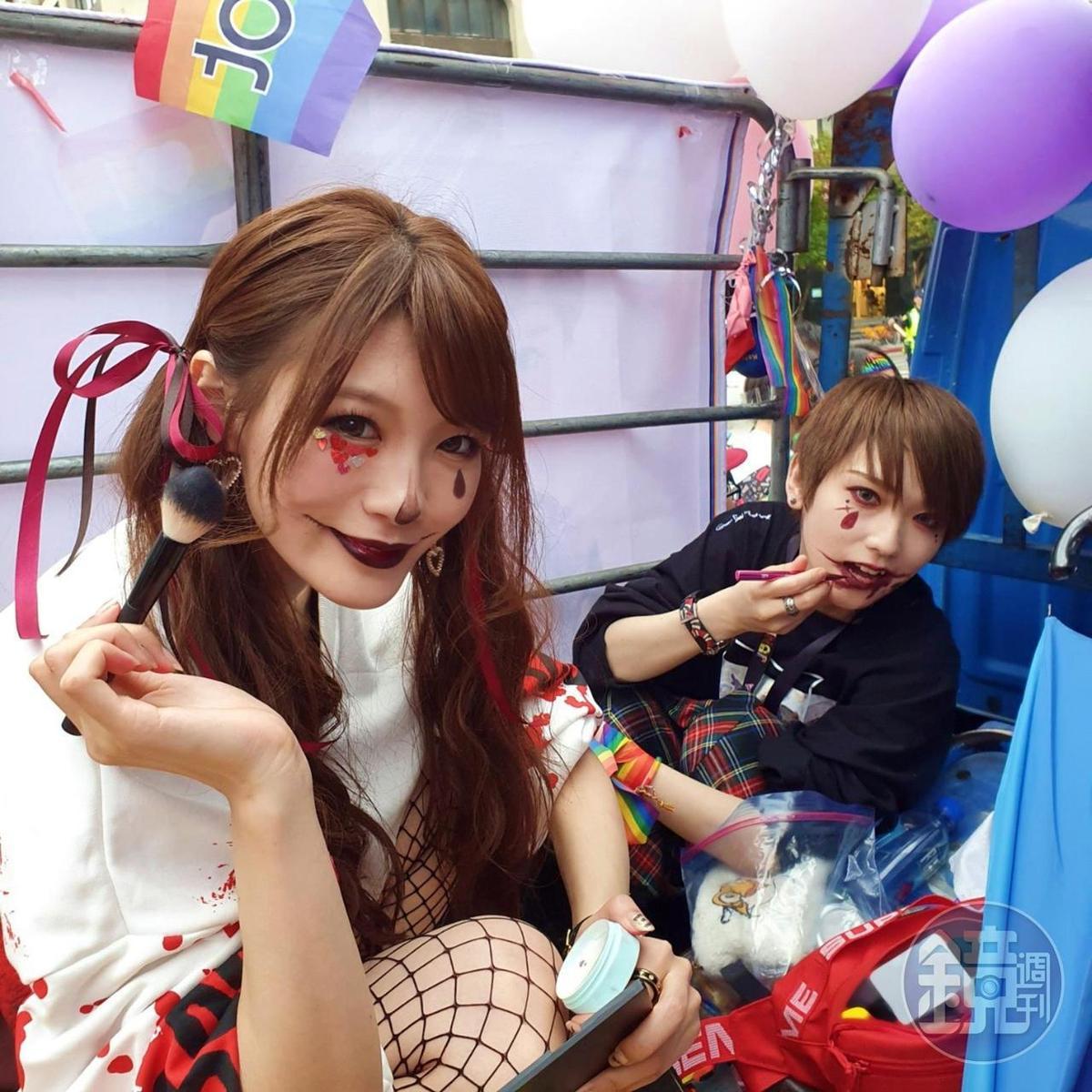 相澤南與椎名空對著鏡子直接「變臉」,還會幫對方補圖案。