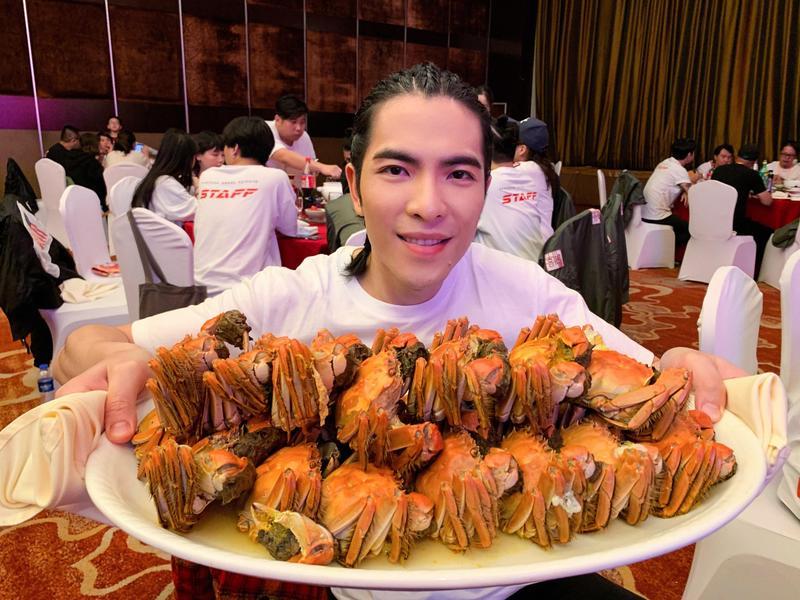 蕭敬騰在紹興時幾乎餐餐都大閘蟹,吃飽吃滿。(華納國際音樂提供)