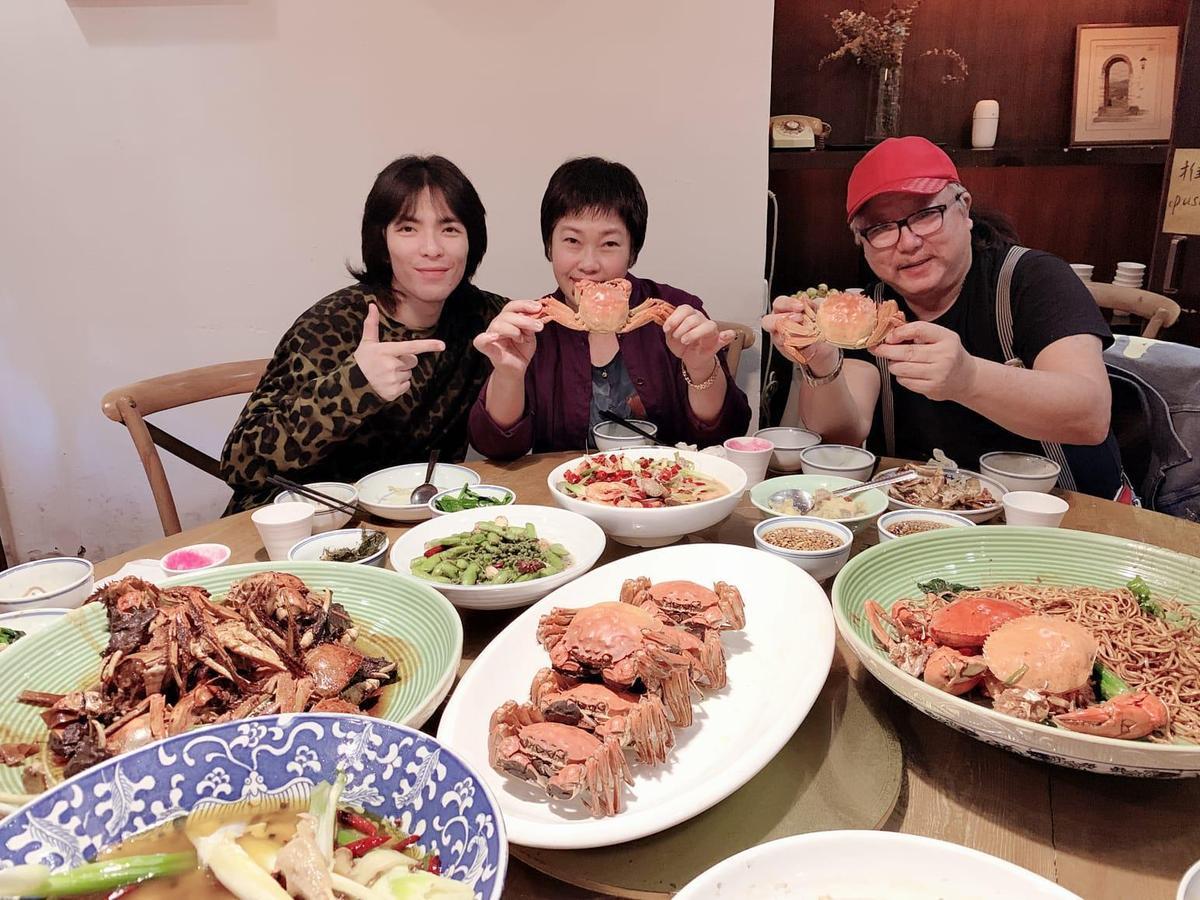 蕭敬騰帶著父母提前抵達紹興,進行美食之旅。(華納國際音樂提供)