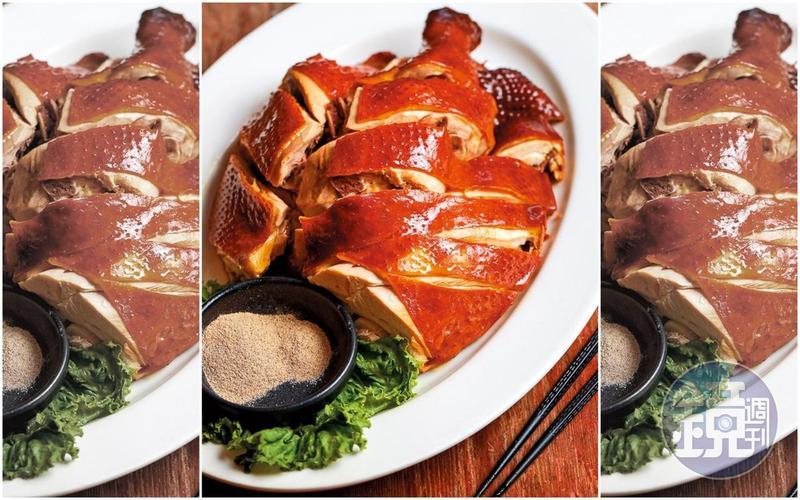 吃玉米放山養大的「茶香燻雞」,表皮滿溢茶香,口感結實。(420元/半隻,平日限量供應)