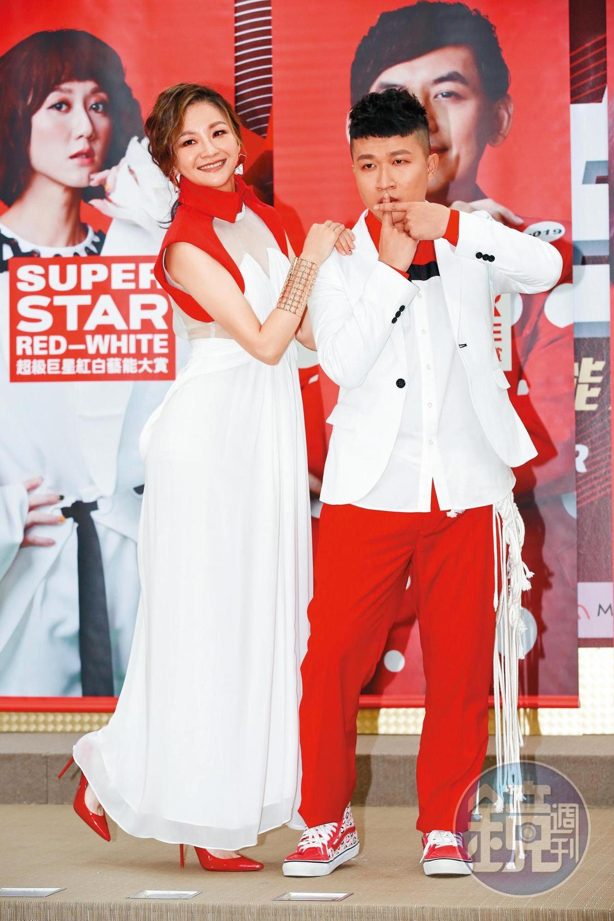 去年張立東(右)受邀主持台視《超級巨星紅白藝能大賞》和花花(左)搭檔。
