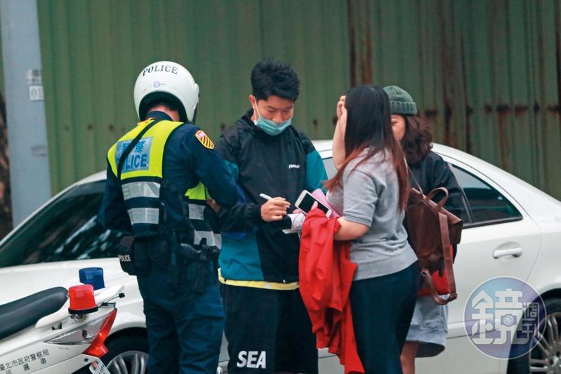 10/23 16:37 在後面全程目睹他們違規穿越馬路的警察馬上攔截,當場要3人掏出身分證開罰。