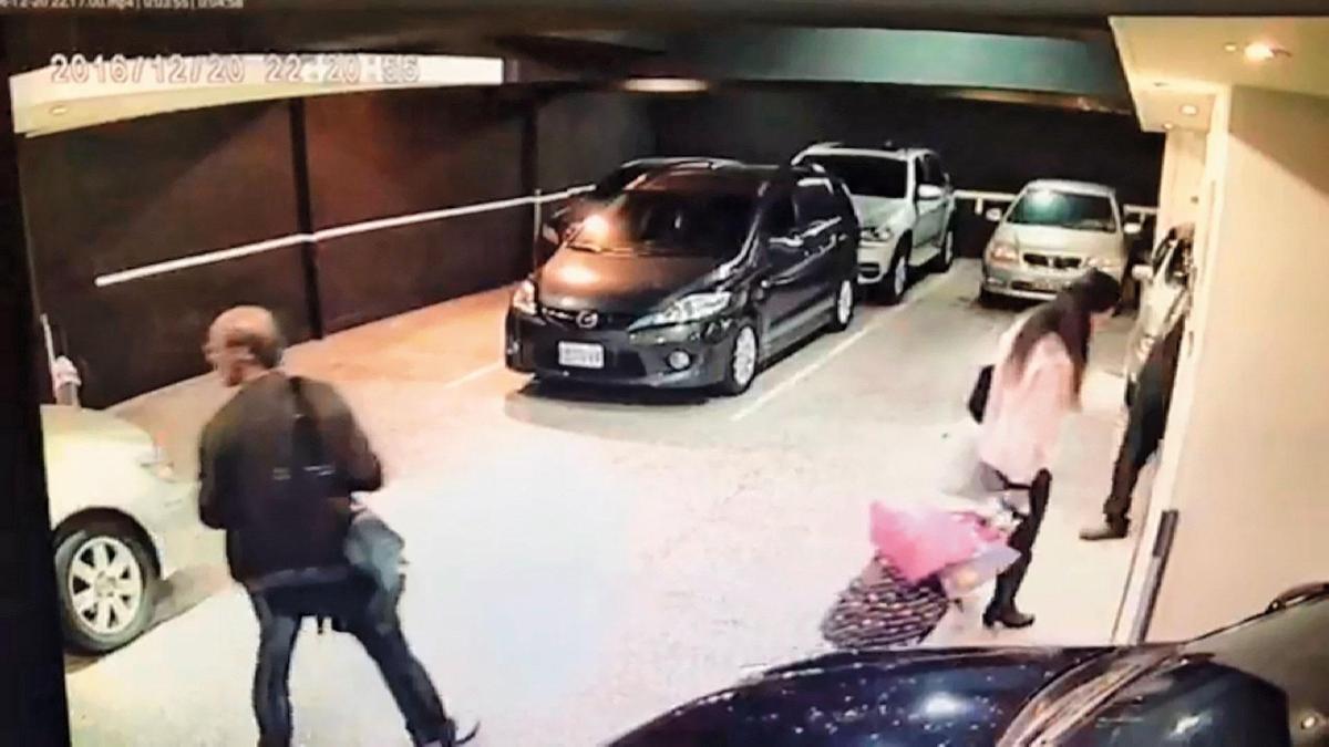 溫泉旅館的監視器錄下凶手(左)與死者(右)一前一後離開的畫面。(翻攝畫面)